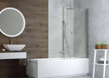 Nowoczesna łazienka z wanną i zestawem natryskowym