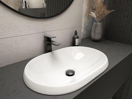 Owalna umywalka wpuszczana w blat z czarną baterią