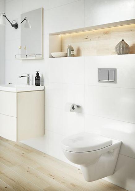 Aranżacja jasnej łazienki z podwieszaną ceramiką i przyciskiem w chromie Cersanit Enter