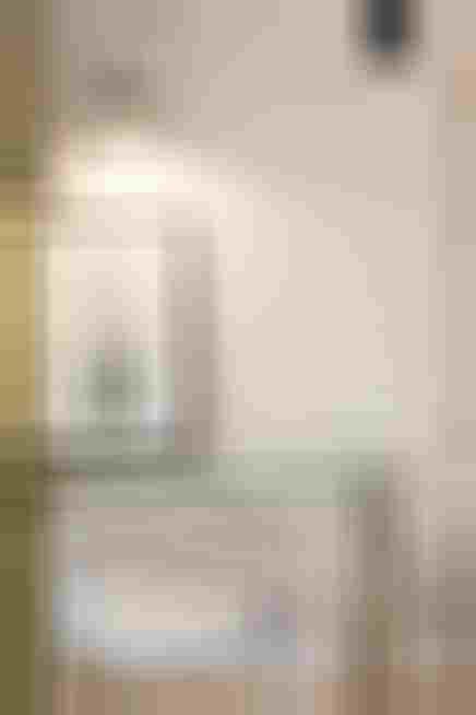 Minimalistyczny kącik do pracy w sypialni