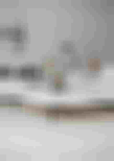 Biały salon z waniliową podłogą