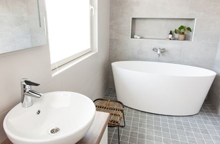 Aranżacja jasnej łazienki z oknem