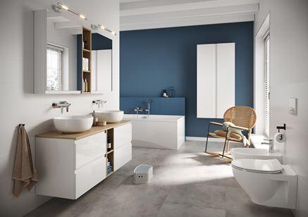Biała łazienka z niebieską z ścianą