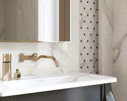Strefa umywalkowa z marmurem i mozaiką