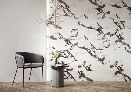 Ściana w łazience z marmurowymi kaflami