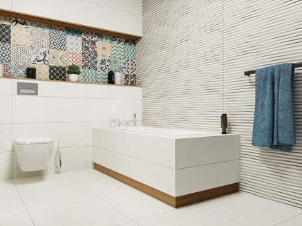 Niestandardowe połączenie faktury i wzoru w łazience