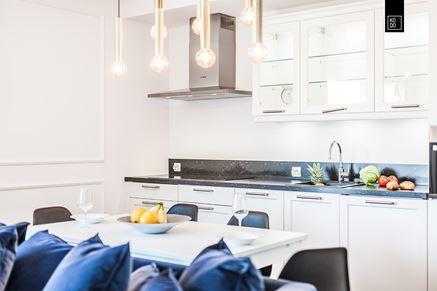 Biały aneks-mieszkanie dwupoziomowe