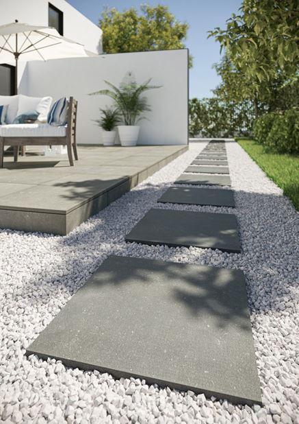 Płytki imitujące beton na nowoczesnym tarasie