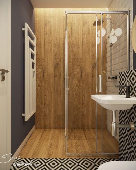 Płytki drewnopodobne, błękit i dekor w małej łazience