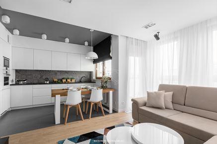 Salon połączony z białą kuchnią