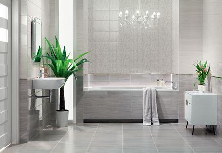 Szara łazienka glamour z subtelnymi dekorami