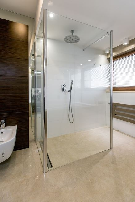 Przestronna kabina walk-in w jasnej łazience