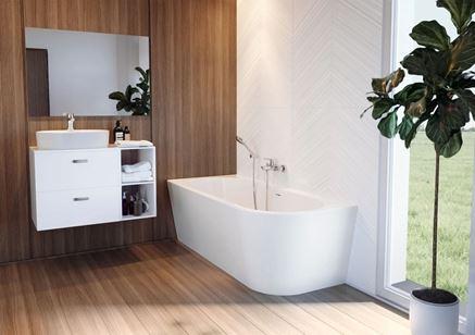 Łazienka w drewnie i bieli z wanną narożną i podwieszaną szafką
