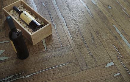 Detal płytki podłogowej imitującej postarzane drewno