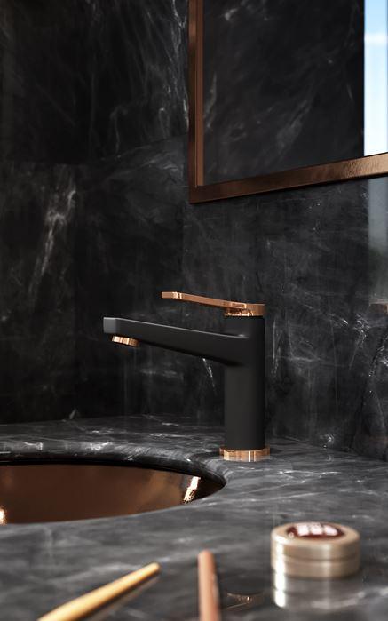 Czarno-złota bateria w marmurowej łazience