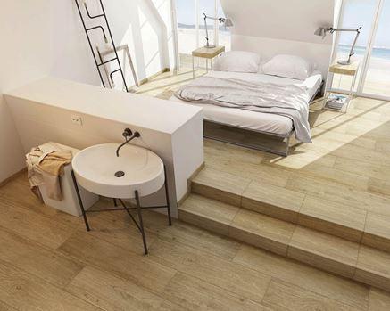 Sypialnia z łazienką wykończona płytką drewnopodobną Paradyż Almonte