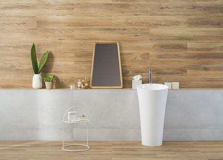 Łazienka wykończona drewnianą płytą gresową