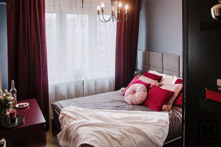 Przytulna sypialnia w odcieniach czerwieni