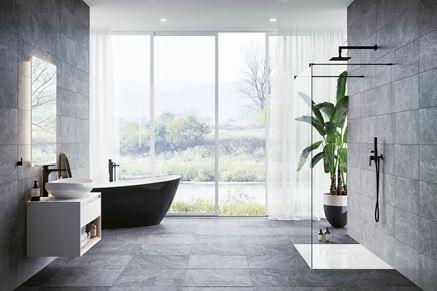 Minimalistyczna łazienka z kamiennymi ścianami