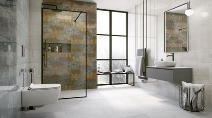 Industrialna łazienka z rdzawą ścianą