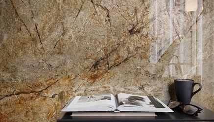 Ściana w sypialni wykończona polerowanym kamieniem