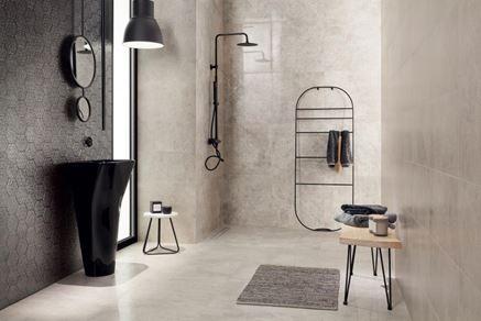 Aranżacja szarej łazienki z dekoracyjną mozaiką