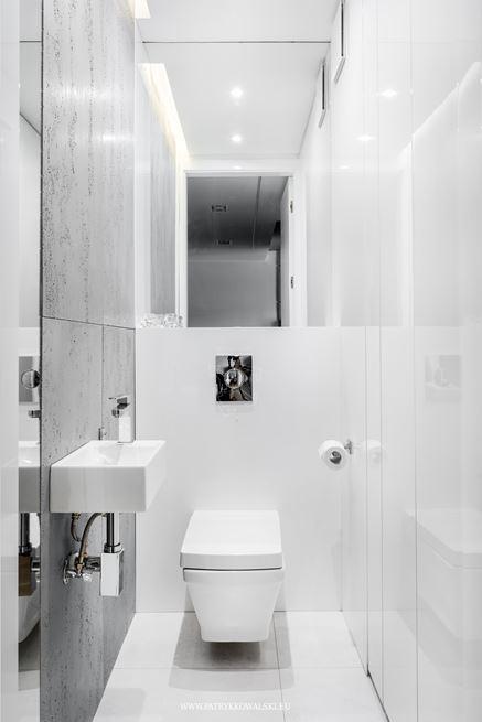 Mała, biała toaleta - aranżacja