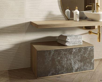 Ściana w łazience z beżową strukturą Paradyż Mystic Shadows