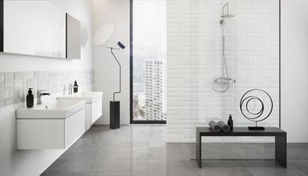 Biała łazienka z delikatną płytką strukturalną