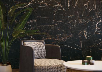 Detal ściany z czarnym marmurem
