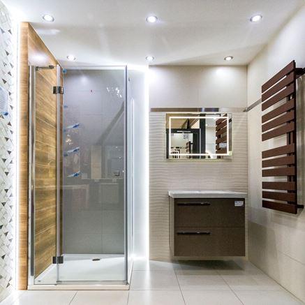 Łazienka w łagodnych barwach - szarości, beże i drewno