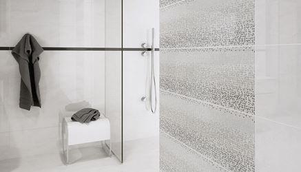 Aranżacja jasnej łazienki z dekorami