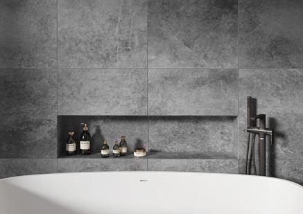 Detal wnęki na kosmetyki w minimalistycznej łazience