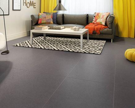 Ciemna podłoga z kolorowymi dodatkami w aranżacji salonu