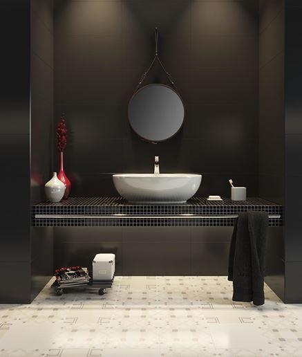 Czarna łazienka z podłogą z dekorami