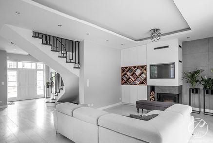 Widok z salonu na strefę wejściową ze schodami