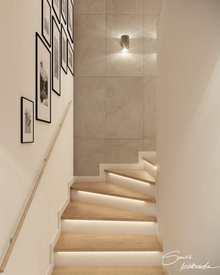 Białe schody z drewnianymi stopniami