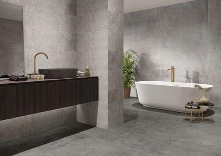 Wielkoformatowy beton w łazience z dekorami