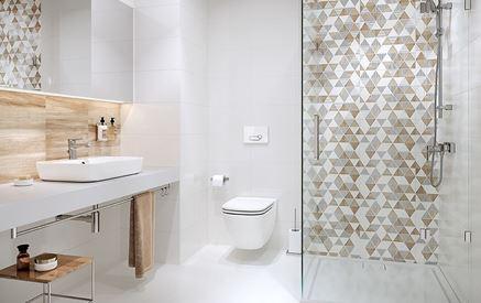 Jasna łazienka z płytką drewnopodobną i geometrycznymi dekorami
