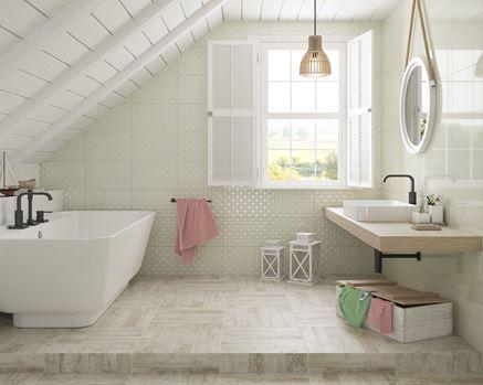 Jasna łazienka z miętową ścianą strukturalna Paradyż Martynika