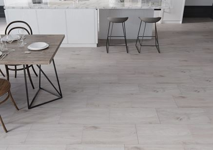 Kuchnia z szarą podłogą imitującą drewno