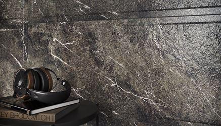 Detal szarej płytki strukturalnej z rysunkiem kamienia