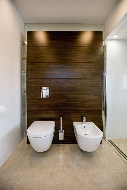 Strefa toaletowa w płytce drewnopodobnej