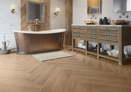 Łazienka w przytulnym klimacie vintage ze stalową wanną