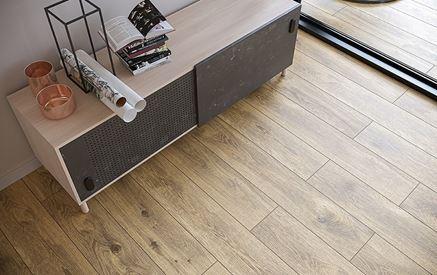 Drewnopodobna podłoga w salonie