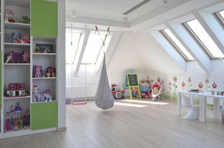 Nowoczesne okna dachowe Fakro zapewnią dużo dziennego światła w dziecięcym pokoju na poddaszu