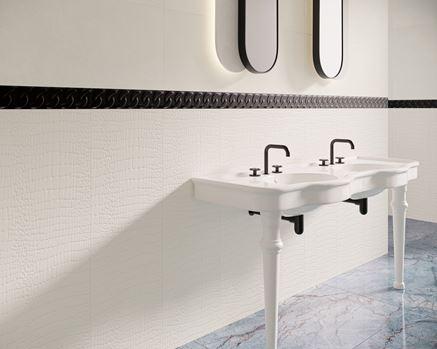 Białe płytki strukturalne w klasycznej łazience