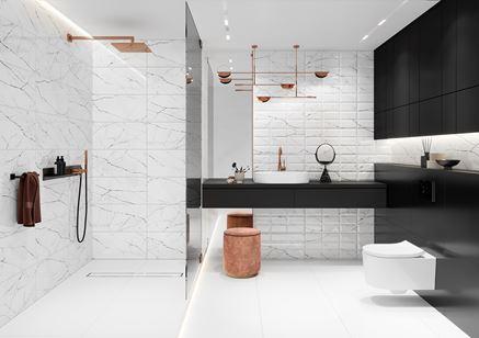 Biało-czarna łazienka w marmurze i cegiełce