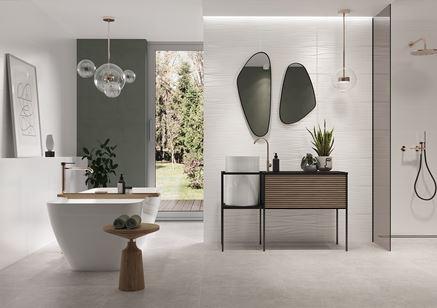 Aranżacja dużej łazienki z oknem w biało-szarych płytkach
