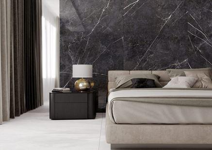 Wielkoformatowy marmur w sypialni glamour